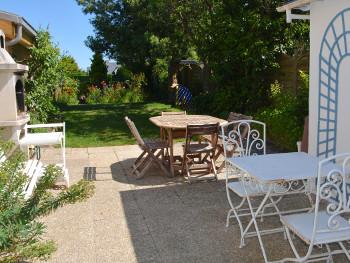 Terrasse avec barbecue et jardin